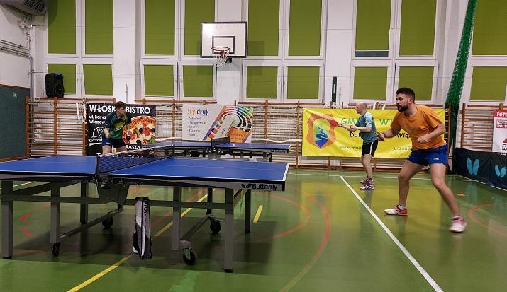 Zawodnicy podczas rozgrywek Otwartego Turnieju Tenisa Stołowego