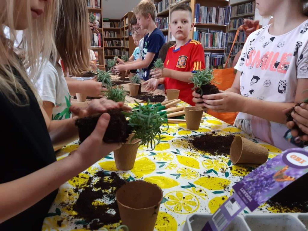 Dzieci sadzące roślinki