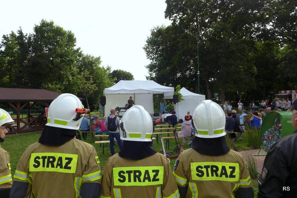 Mieszkańcy, druhowie z OSP i harcerze podczas koncertu w Gminnym Parku Centrum w Wiązownie uczcili minutą ciszy poległych podczas Powstania Warszawskiego