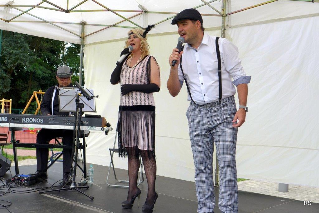 """Koncert zespołu """"Winyl Band"""" w ramach """"Wiązowskich podróży muzycznych"""" w Gminnym Parku Centrum w Wiązownie"""