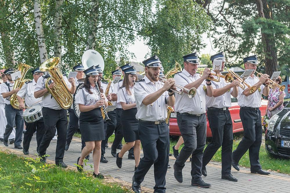 Dzień Wojska Polskiego w Gminie Wiązowna. Przemarsz na cmentarz parafiny w Wiązownie