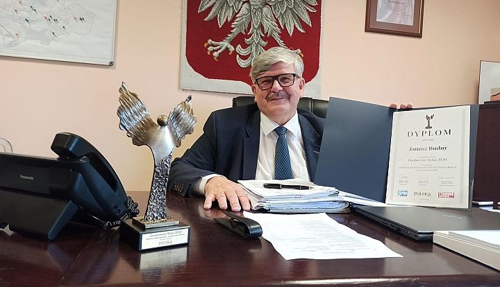 Wójt Gminy Wiązowna Janusz Budny w swoim gabinecie