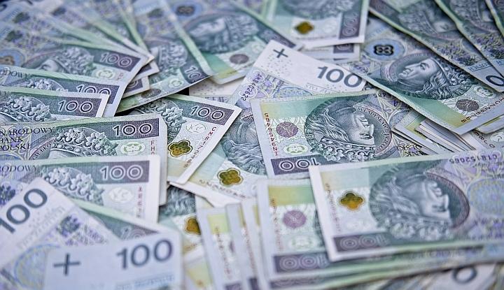 Dużo rozsypanych banknotów 100-złotowych