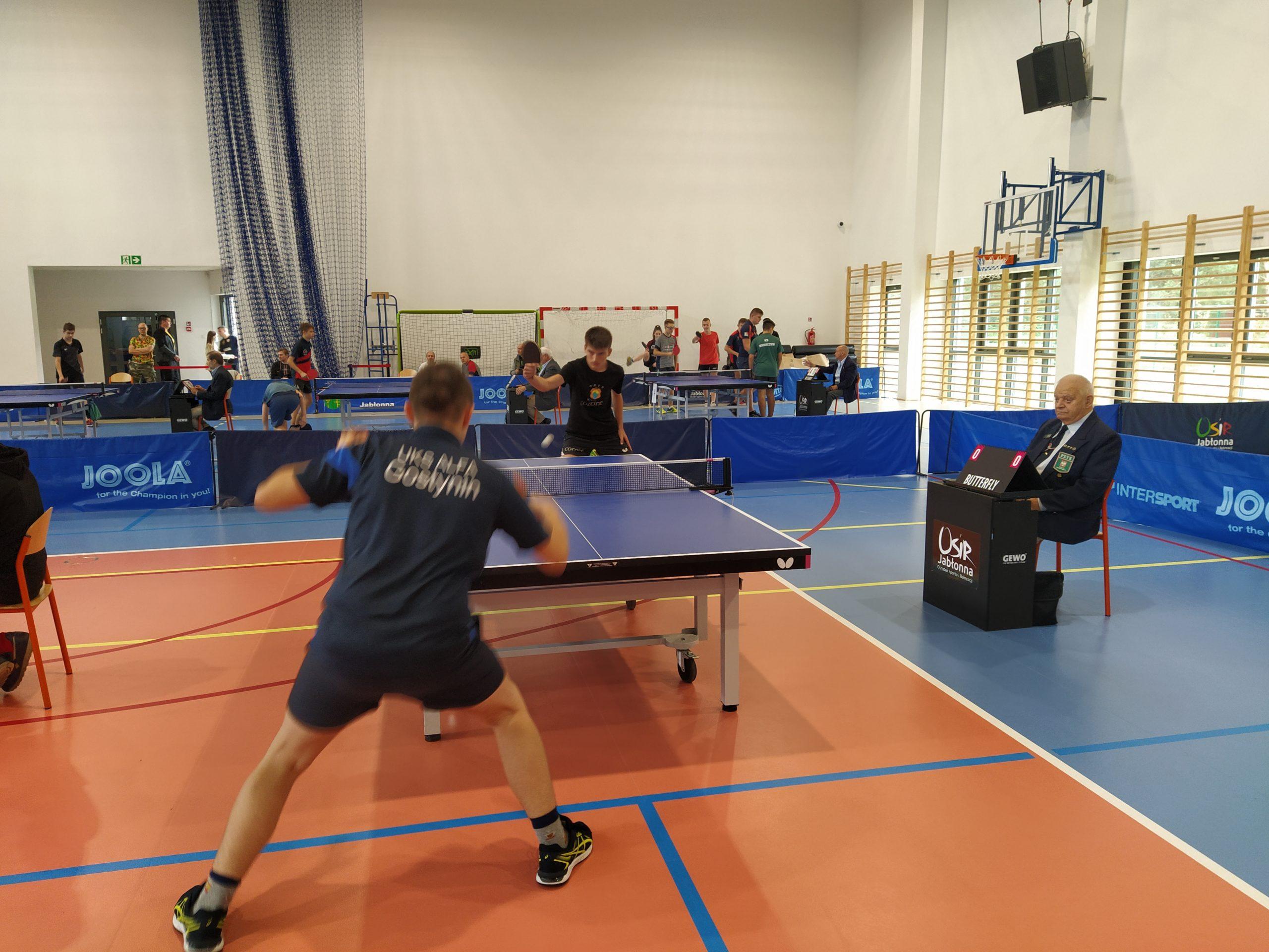 Młodzi zawodnicy GKTS Wiązowna podczas zawodów w tenisie stołowym