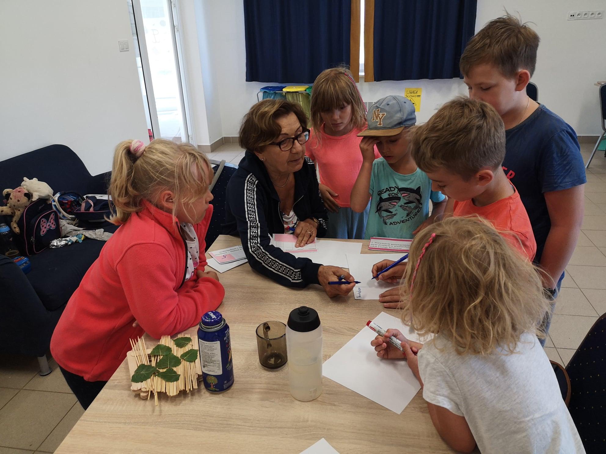 Seniorzy zorganizowali zajęcia dla dzieci w świetlicach