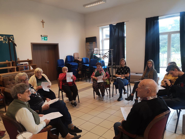 """Seniorzy oraz młodzież przygotowują się do """"Narodowego Czytania"""", które odbędzie się 4 września w Wiązownie"""