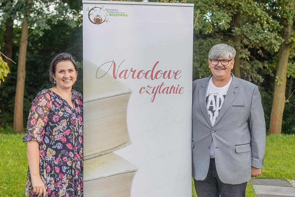 Narodowe Czytanie 2021 w Gminnym Parku Centrum w Wiązownie. Dyrektor biblioteki Marzena Kopka i wójt Janusz Budny