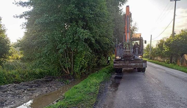 Prace przy budowie chodnika w Czarnówce