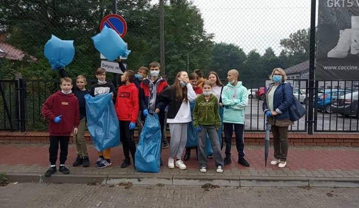 """Uczniowie Szkoły Podstawowej w Wiązownie podczas akcji """"Sprzątanie świata"""""""