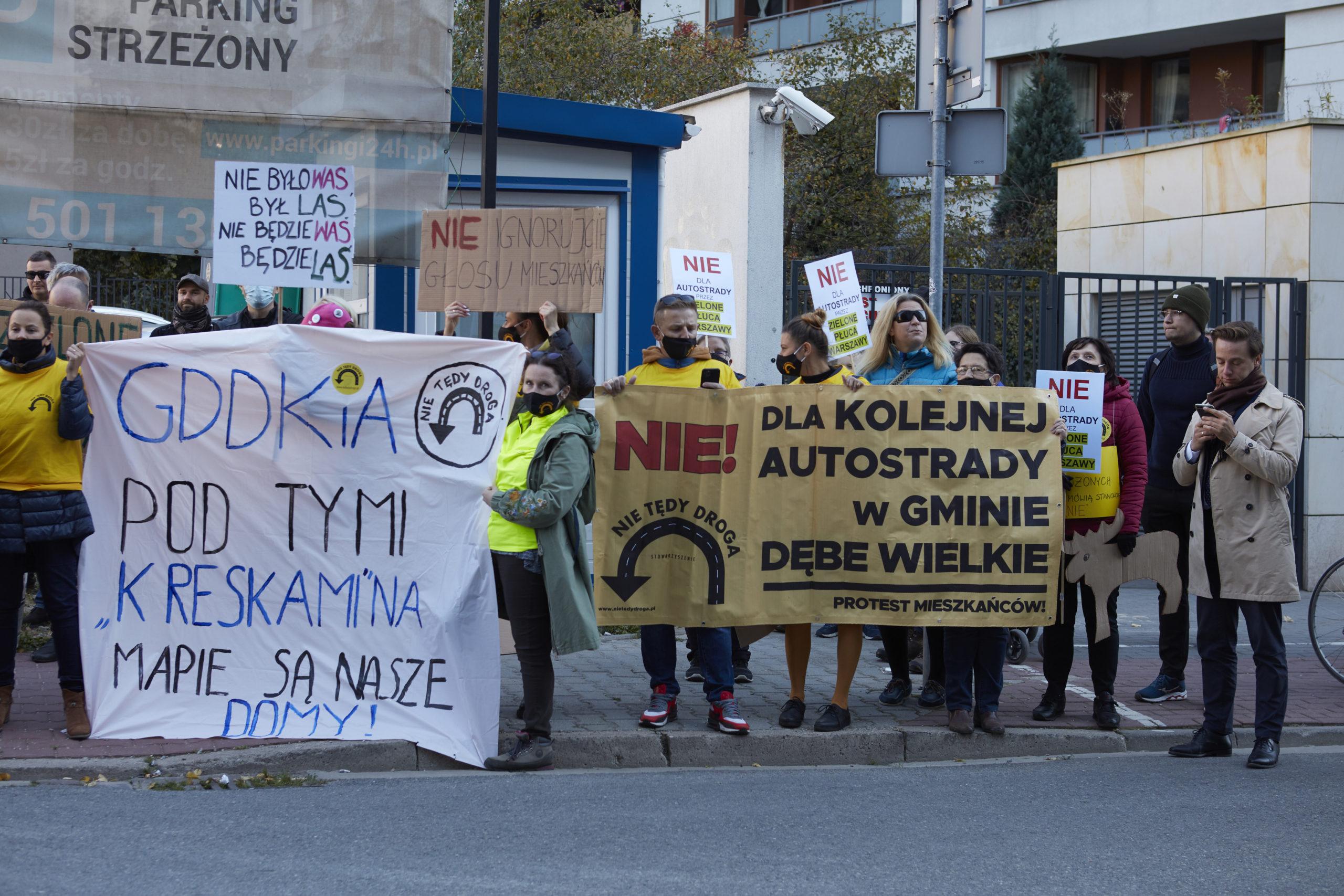"""Protest pod siedzibą Generalnej Dyrekcji Dróg Krajowych i Autostrad w Warszawie (Foto: """"Nie Tędy Droga"""")"""